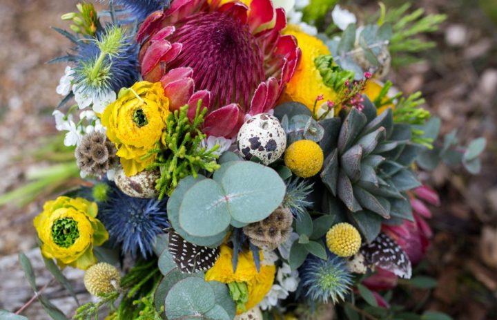 bouquet-de-saison-jaune-bleu-rouge