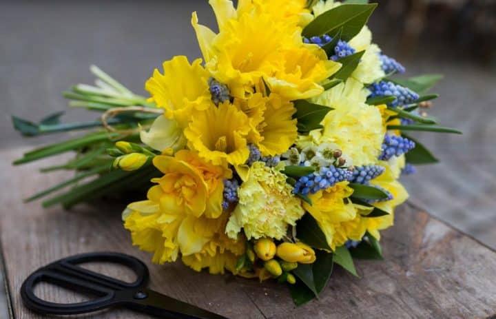 bouquet-de-saison-jaune-bleu-vert