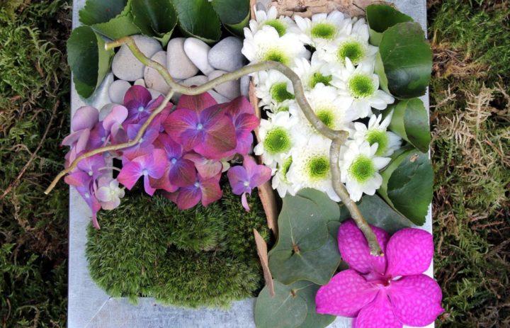 atelier-art-floral-composition-plateau-mousse-branche-fleurs