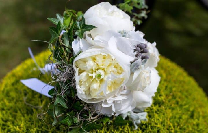 bouquet-mariee-pivoines-blanches-lierre
