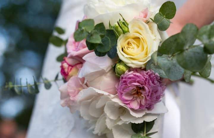 bouquet-mariee-romantique-rose-blanche-eucalyptus