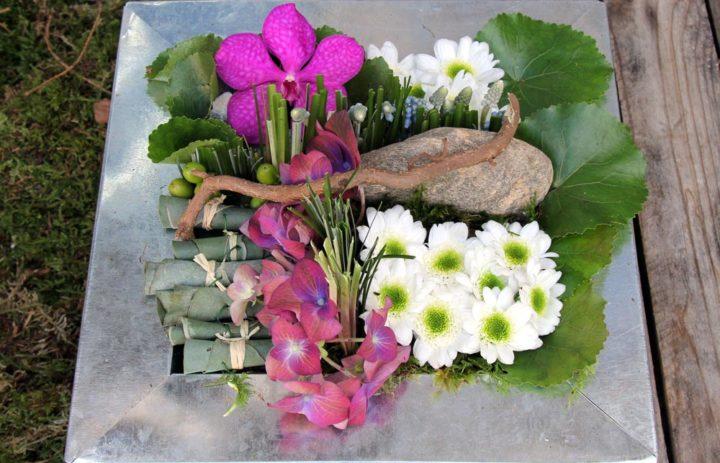 composition-plateau-carre-branche-fleurs-blanches-feuillage-art-floral