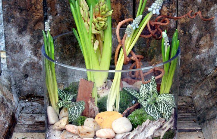 composition-vase-galets-mousse-fleurs-branches-art-floral