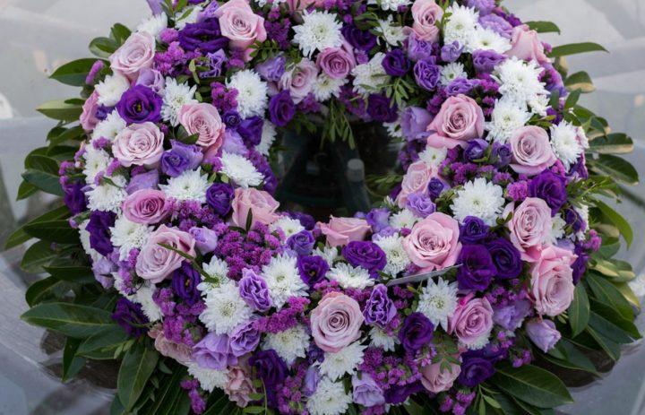 couronne-mortuaire-violet-blanc-fleuriste-createur-tulle