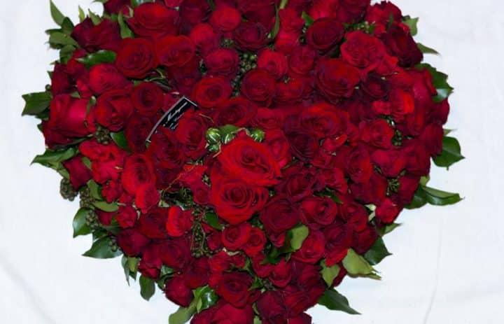 couronne-souvenir-coeur-roses-rouges