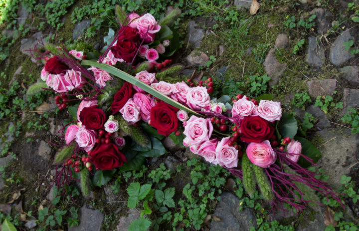 croix-fleurs-deces-roses-rouges-et-roses