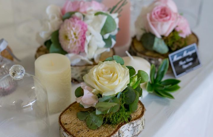decoration-table-fleurs-roses-blanches-rondin