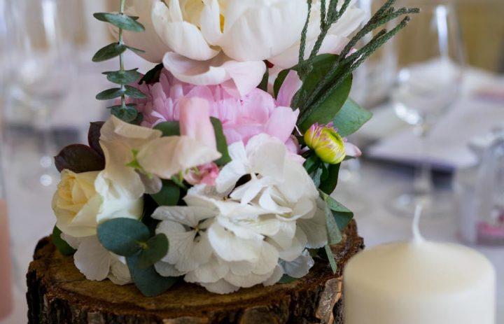 decoration-table-mariage-fleuri-pivoines-blanches