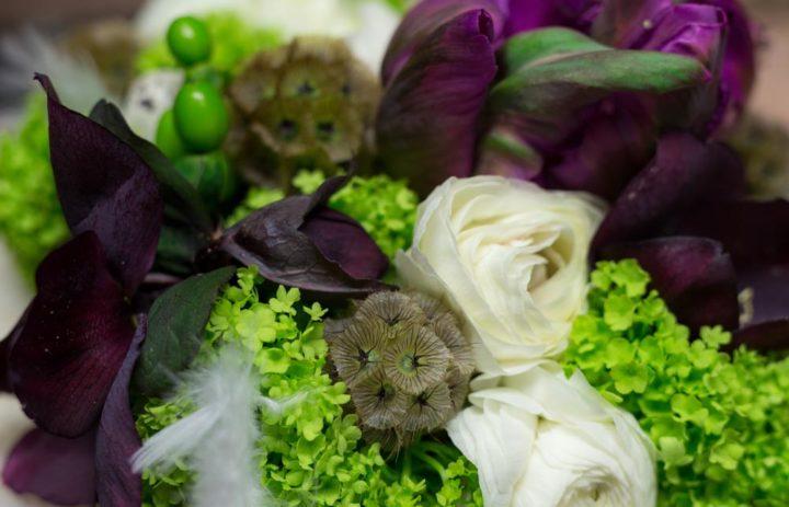 detail-composition-fleurs-violet-blanc-aterlier-art-floral