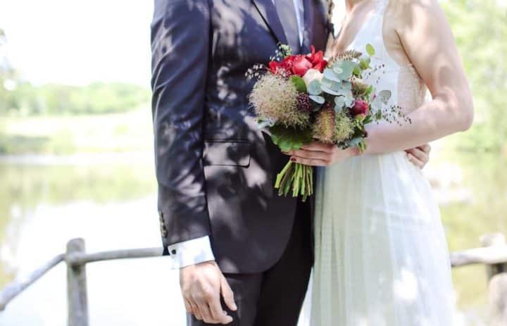 inspiration-mariage-bouquet-mariee-pivoine-rouge-tulle-marylene-louis
