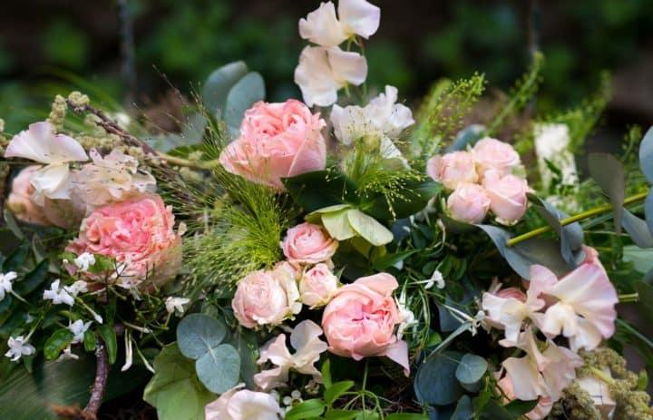 Composition florale piquée rose et verte
