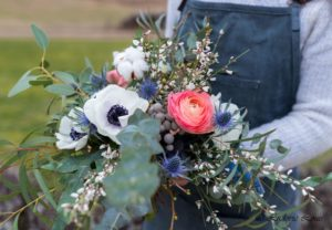 Bouquet de saison blanc, rose et bleu