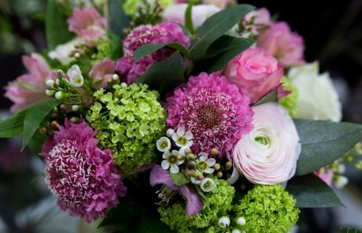 bouquet-de-saison-fuschia-vert-blanc