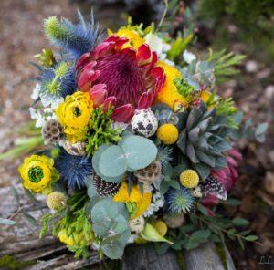 Bouquet de saison jaune, bleu et rouge