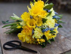 Bouquet de saison jaune, bleu