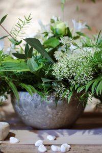 Bouquet de saison en pot blanc et vert