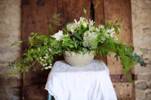 Grand bouquet de saison en pot blanc et vert