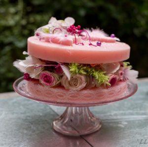Gateau végétal avec mousse artificielle rose avec des roses et de la mousse végétale