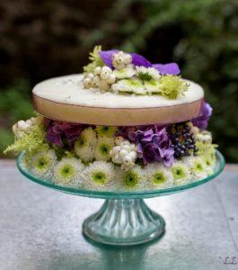 Gateau végétal avec mousse artificielle fleurs blanches et hortensia