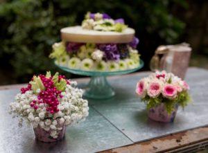 Petite composition piquées avec Gypsophile, baies et roses