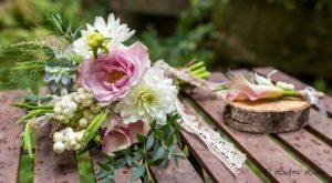 Bouquet de mariée et boutonnière de marié rose pâle et blanc
