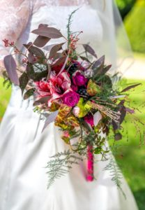 Bouquet de mariée avec amaryllis, rose violette, lierre, eucaliptus, asparagus et graminées