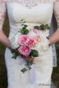 Un bouquet de mariée romantique de roses et pivoines blanches