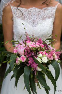 Bouquet de mariée composé de roses rose et blanche et de pivoines rose