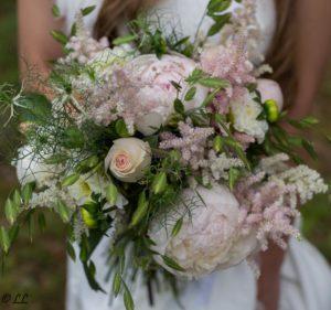Bouquet de mariée composé de roses et pivoines rose pâle
