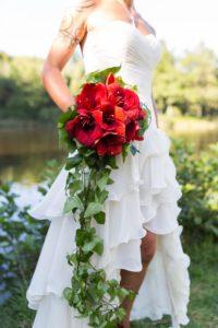 Bouquet de mariée rouge avec cascade de lierre