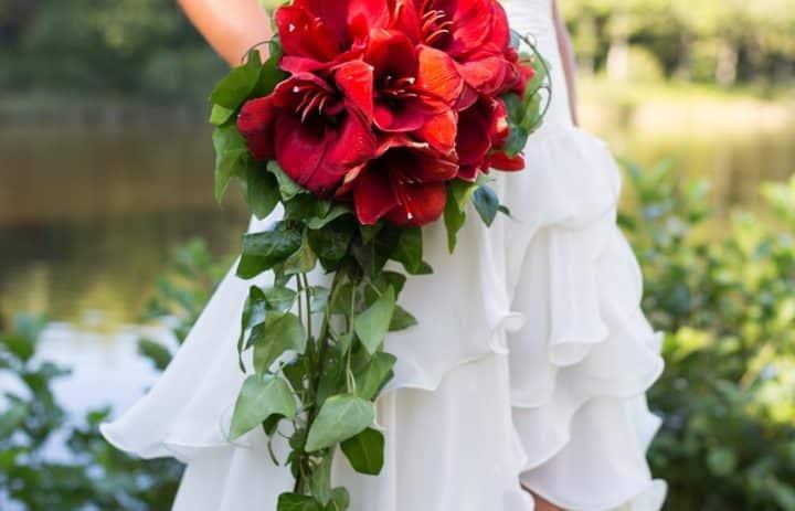 bouquet-mariee-rouge-cascade-lierre