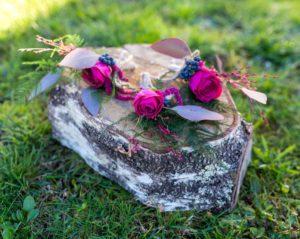Boutonières demoiselles d'honneur avec rose violette, eucaliptus, asparagus et petite baie rouge