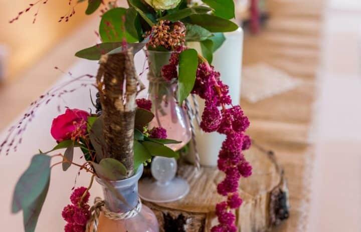 centre-table-mariage-rondin-vases-fleurs