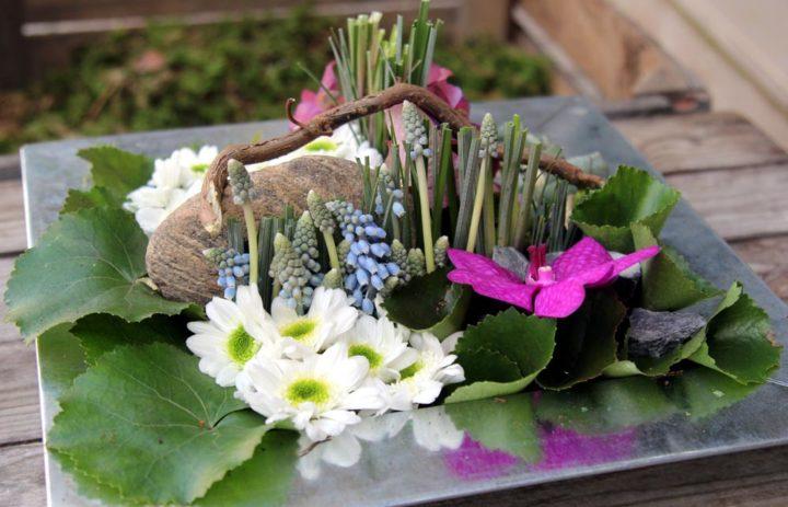 composition-art-floral-plateau-carre-branche-fleurs-blanches-feuillage