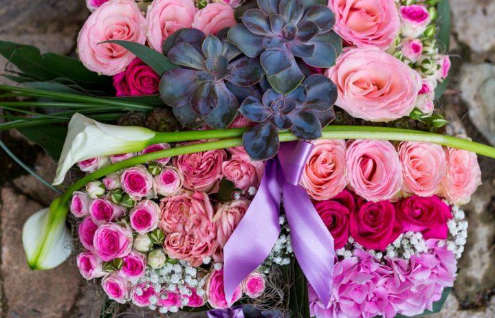 composition-florale-carre-souvenir-succulente-roses-tulle