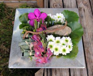 Composition fleurs hortensia orchidées piquées dans la mousse