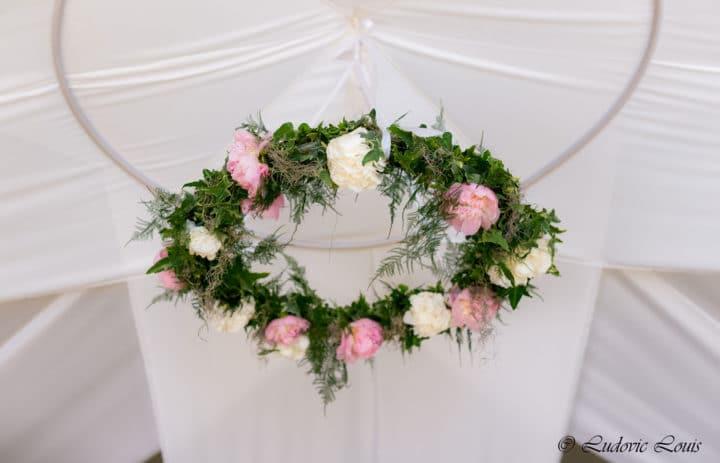 couronne-decoration-mariage-roses-fougeres-fleuriste-marylene-louis
