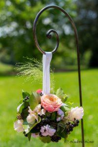 suspension sur fer forgé avec rose, lierre boule et pois de senteur