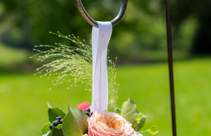 decoration-allee-ceremonie-laique-exterieure-bouquet