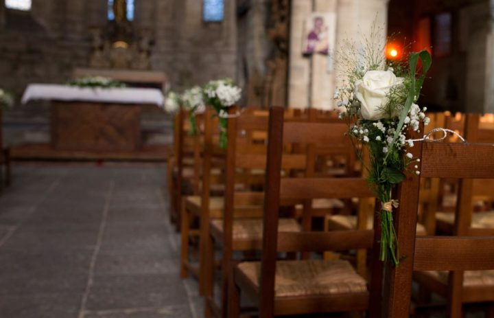 decoration-allee-eglise-mariage-correze-roses-blanches