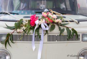 Décoration de voiture mariage avec pivoines corail, rose et eucalyptus