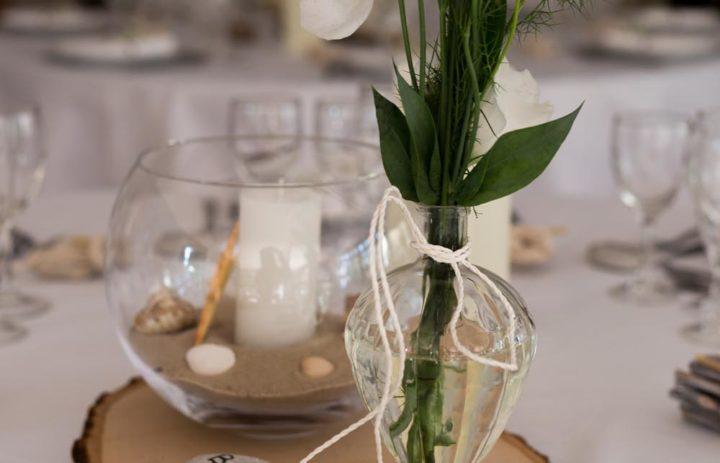 decoration-centre-table-vase-fleurs-blanches-galet