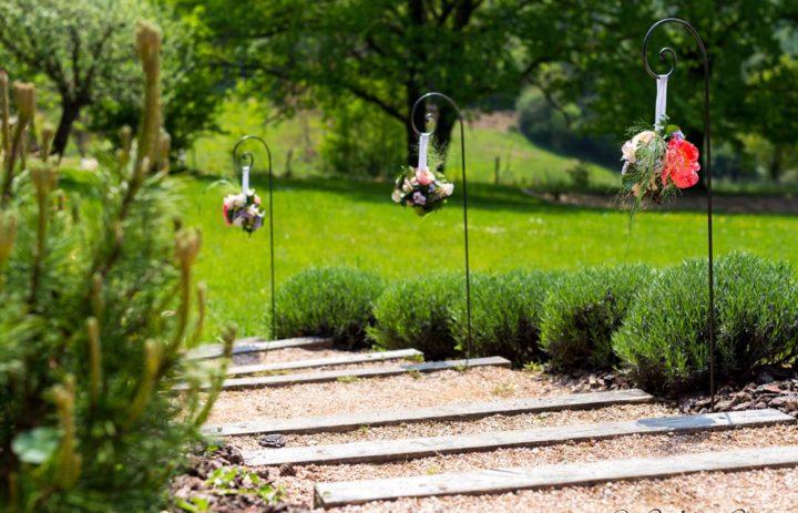 decoration-fleurs-bouquets-allee-lieu-reception-mariage