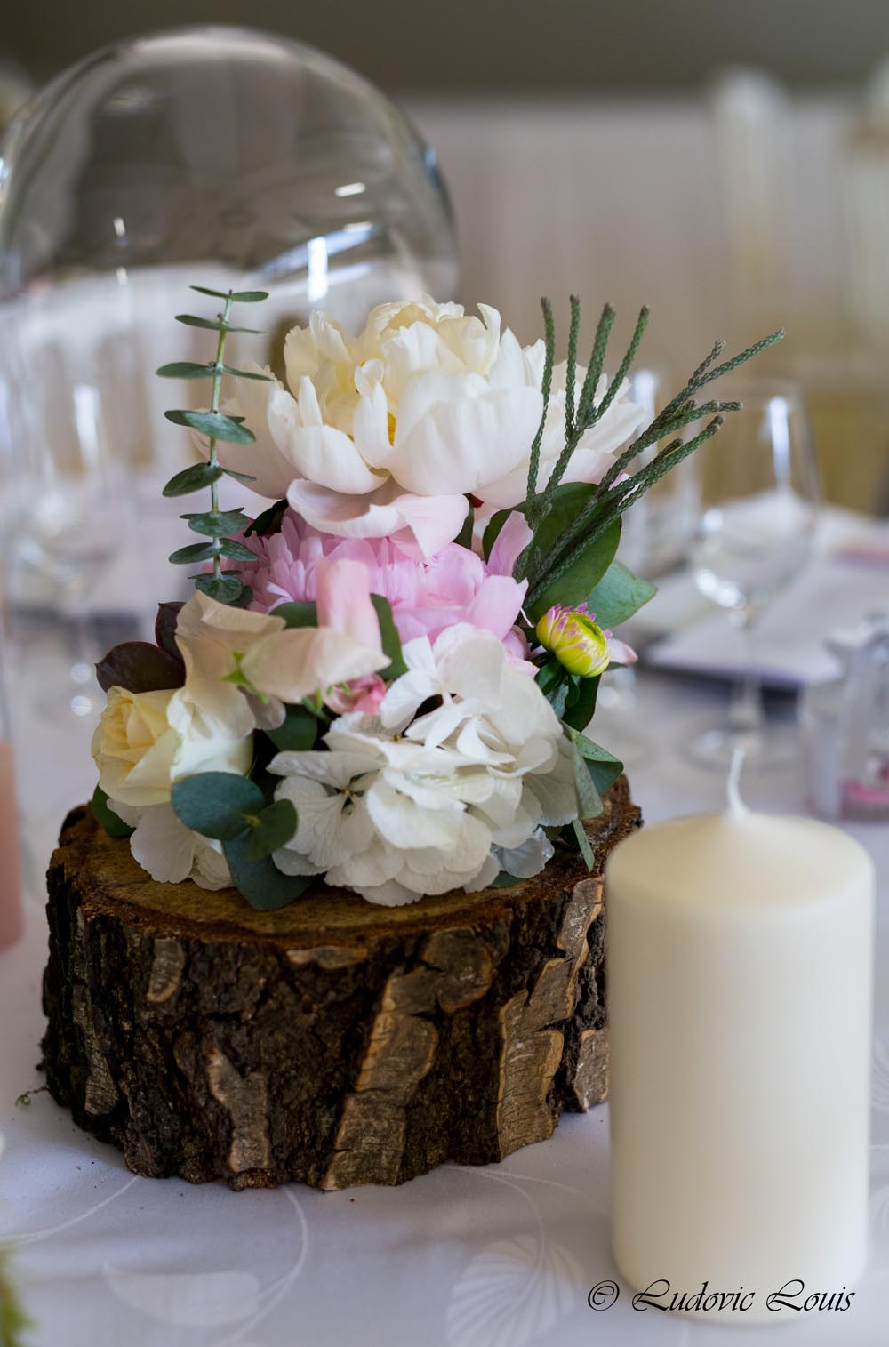 Décoration De Table Fleurie Composée De Pivoines Blanches Et Roses Sur Des  Rondins