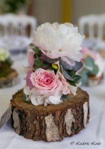 Décoration de table de mariage avec roses et pivoines blanches