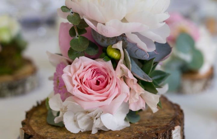 decoration-table-mariage-fleuri-rondin-roses-pivoines