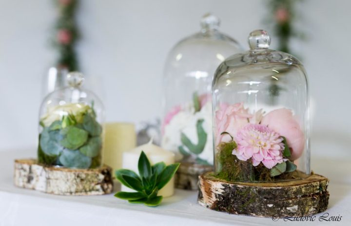 decoration-table-mariage-fleuri-rondin-roses-pivoines-cloches