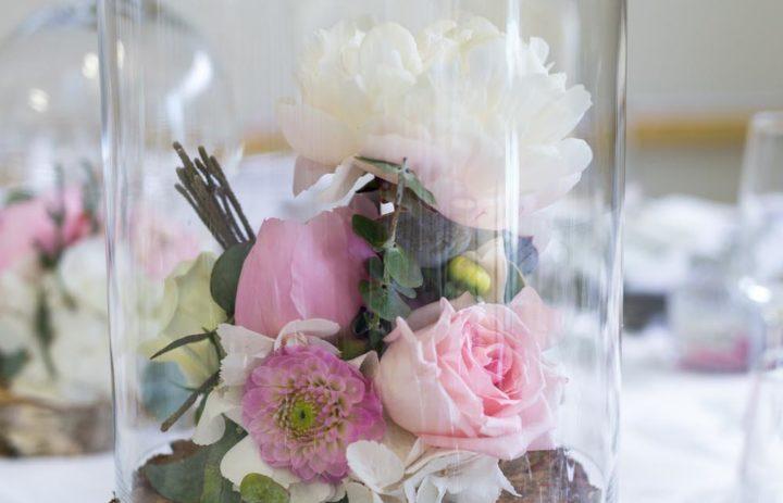decoration-table-mariage-romantique-rondin-roses-pivoines-cloche