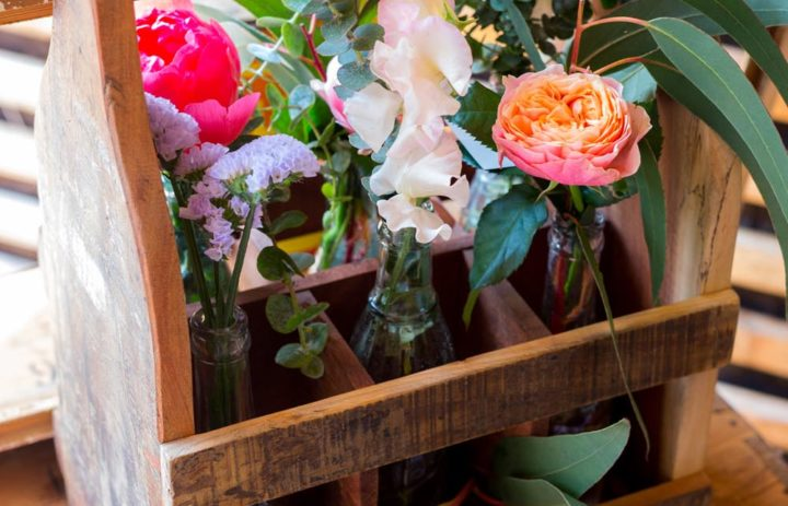 decoration-vintage-fleurie-bouteilles-pivoines