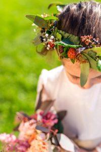Couronne végétative de demoiselle d'honneur avec lierre, eucaliptus, gypsophile, mures et baies noires